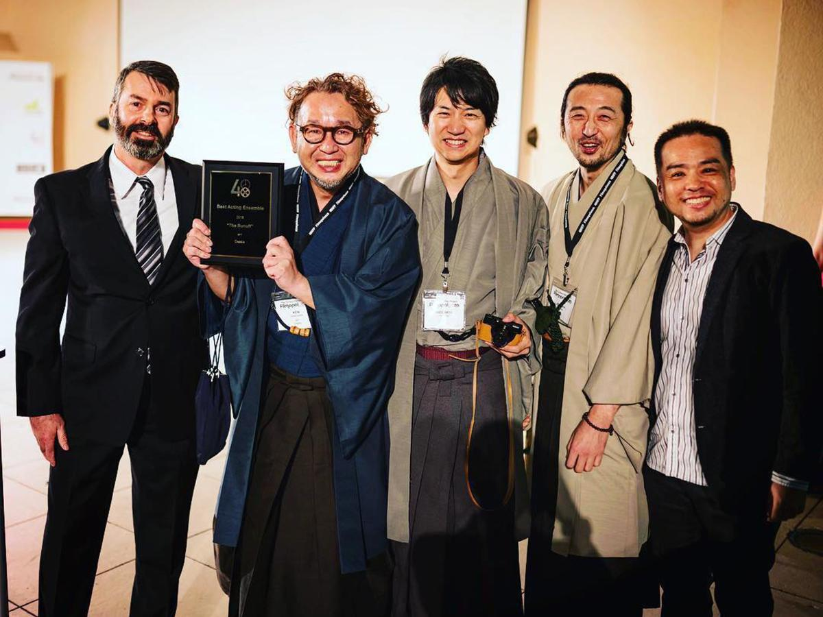 Filmapalooza 2019集団演技賞の盾を手にする谷川さん