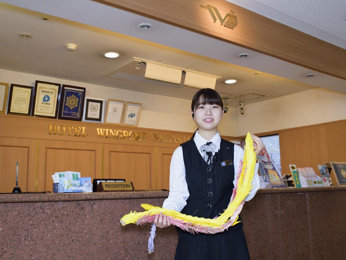 今年集まった千羽鶴を手にするホテルウイング・ポート長崎のスタッフ
