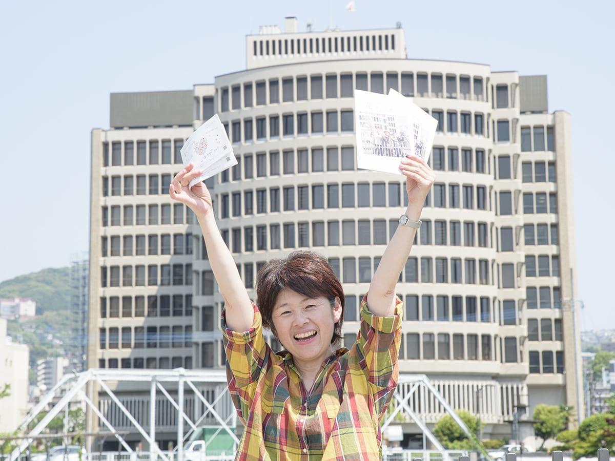 表紙と同じ撮影ポイントでナガサキ花男子図鑑をPRする阿部さん
