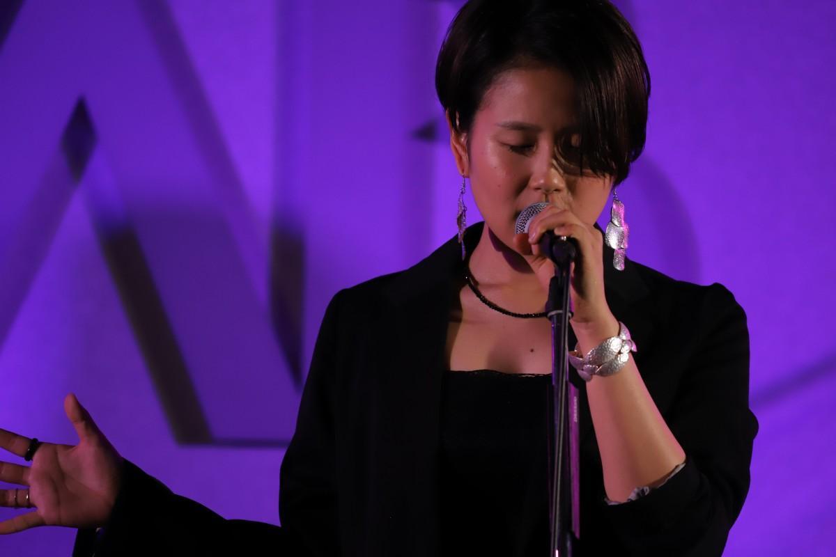 ライブで歌を披露するCozueさん