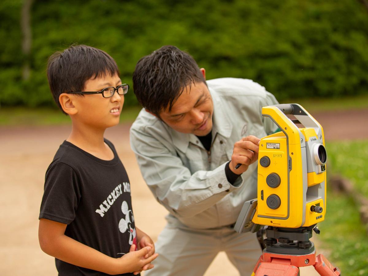 測量機の使い方を教わる参加者