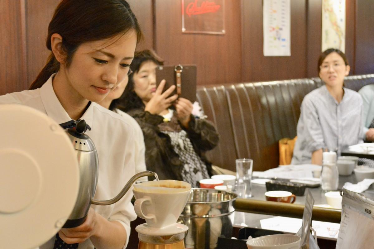 コーヒーのデモンストレーションを行う馬場彩子さん