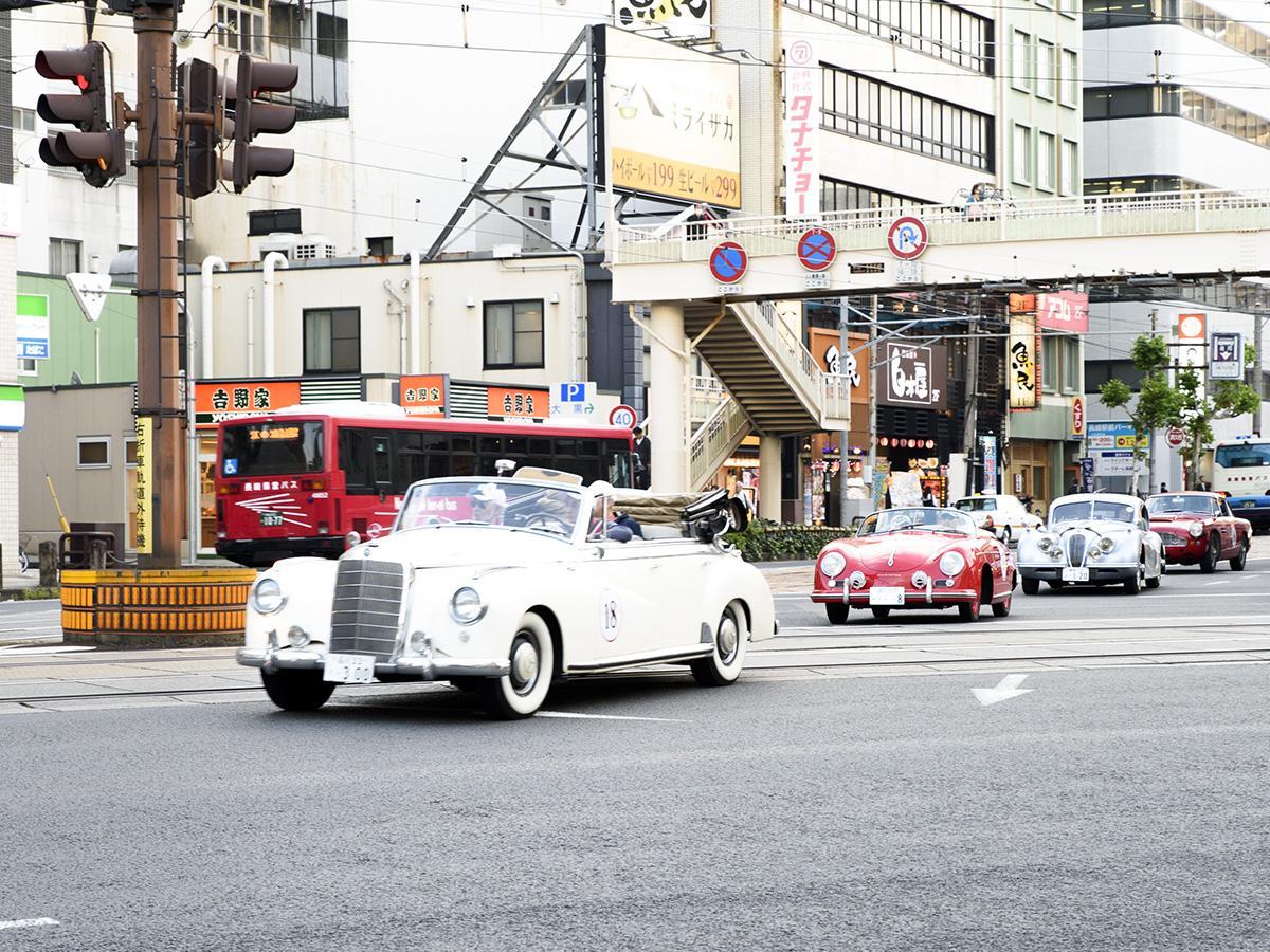 長崎駅前に現れた往年のクラシックカー