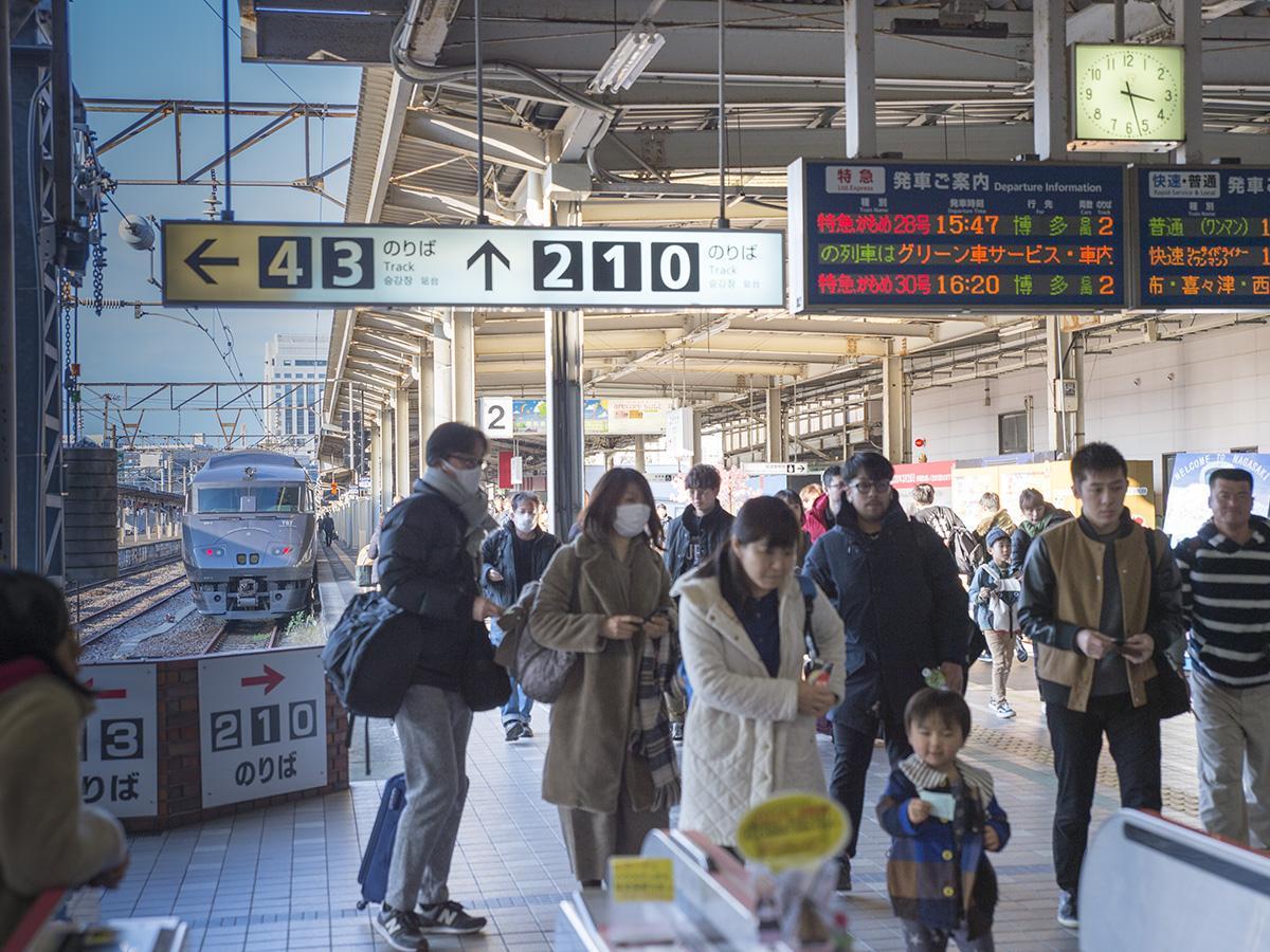 帰省客らでにぎわうJR長崎駅改札口付近