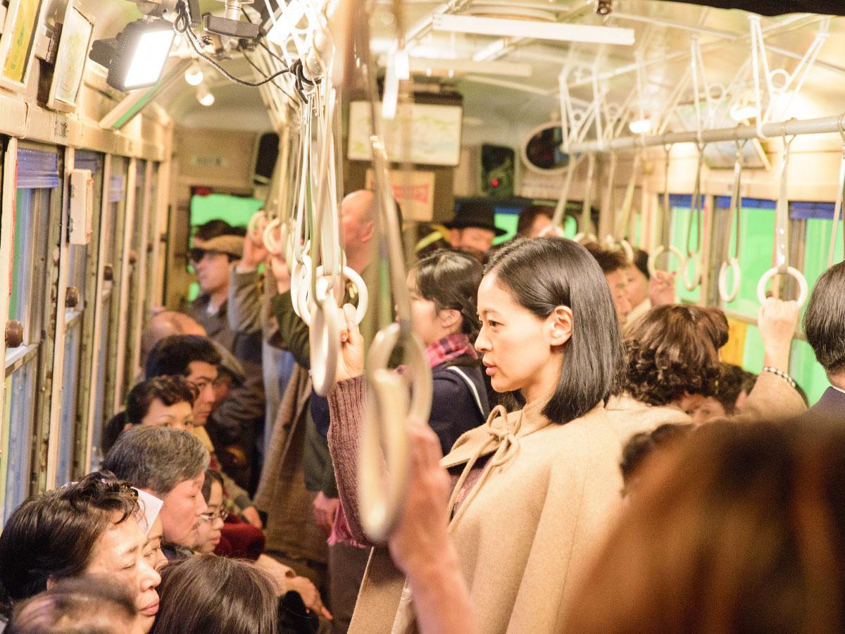 路面電車での撮影に臨む主人公「忍(しのぶ)」を演じる黒谷友香さん