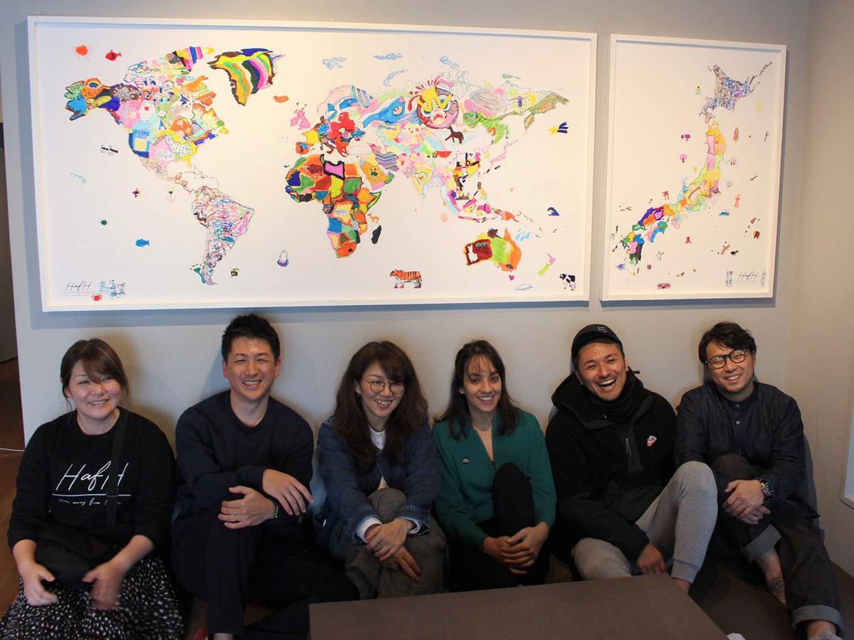完成した世界地図と運営スタッフとLailaさん