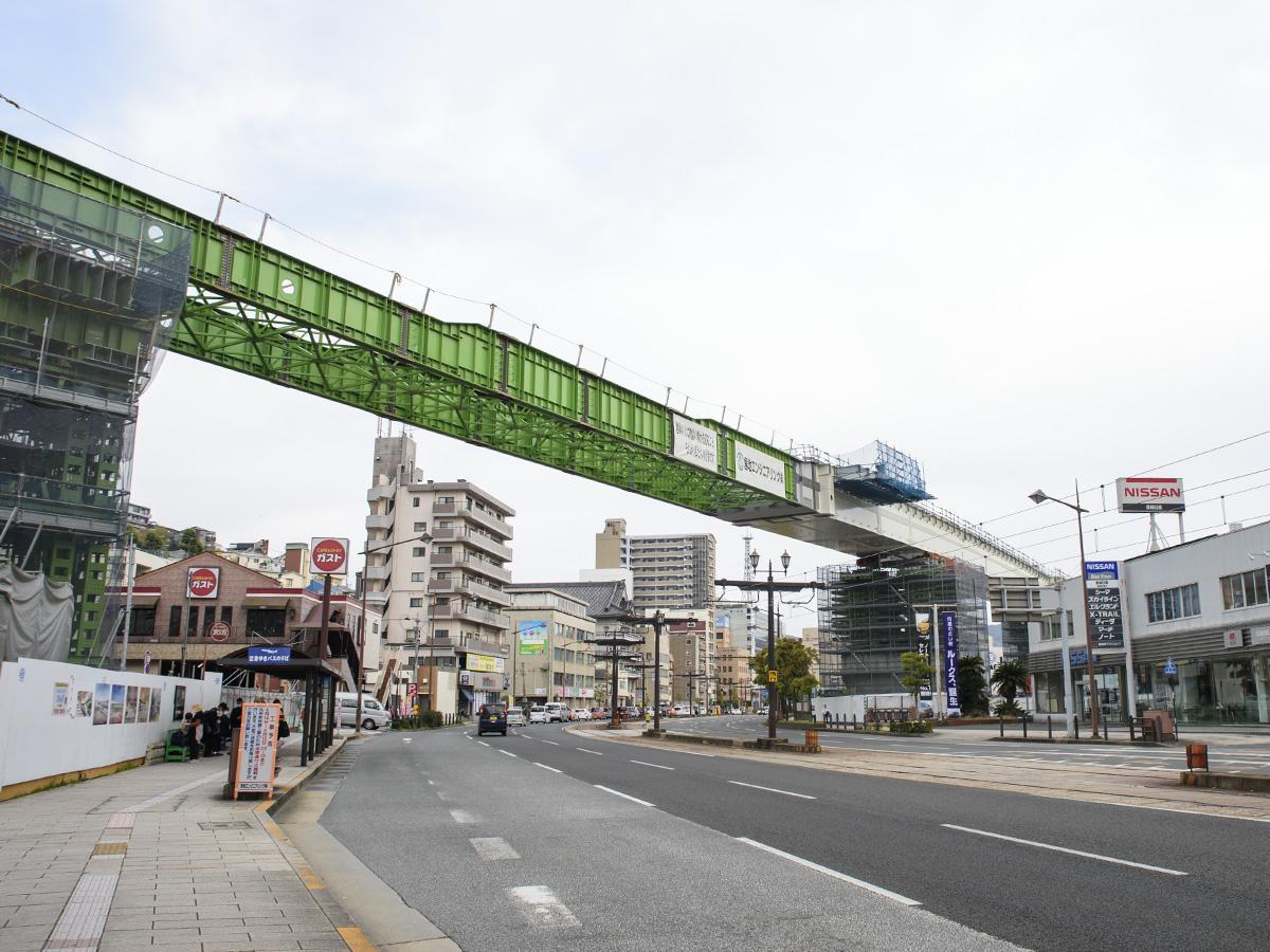 橋桁が国道202号線をまたいだ様子(4月15日撮影)