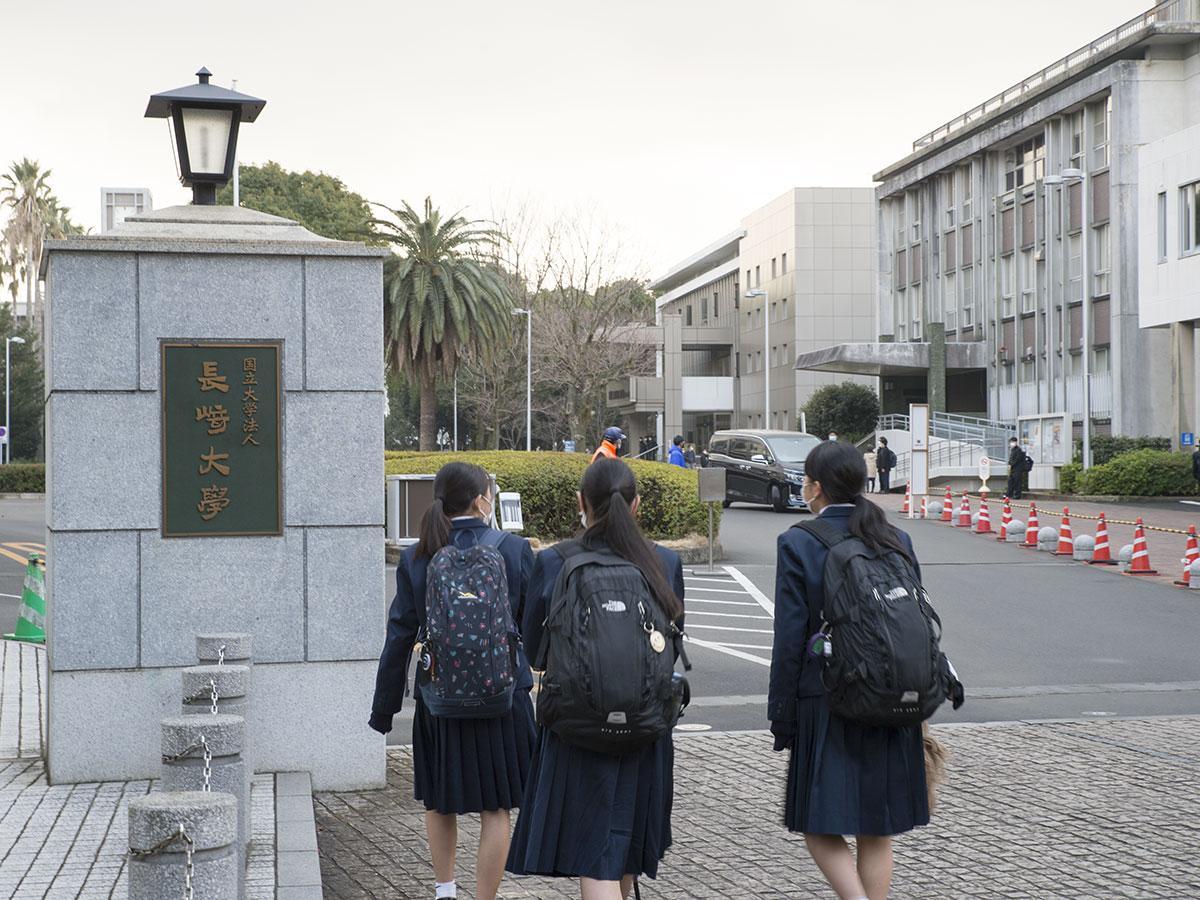 会場へ向かう受験生ら(長崎大学文教キャンパス正門前)