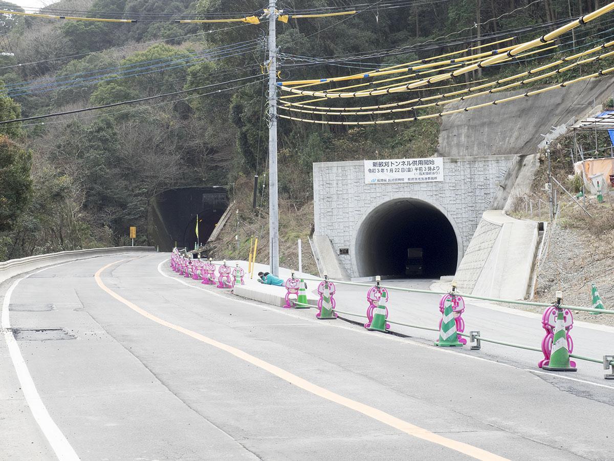 供用開始となる新畝刈トンネル(右)。左は畝刈トンネル