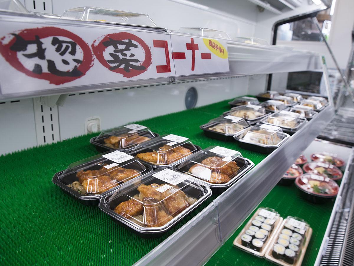 その日に水揚げされた魚介類を使った総菜が並ぶ