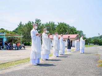 川原海水浴場で海開き前安全祈願 僧侶10人が参加、地域住民と清掃活動も