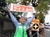 長崎大学東門前で「おもいやりライト運動」 高齢者、学生、警察官などが連携