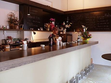 那覇・浮島通りにオープンしたワイン・日本の醸造酒に特化した立ち飲みバー「Kahu-si(カフーシ)」(写真=店内)