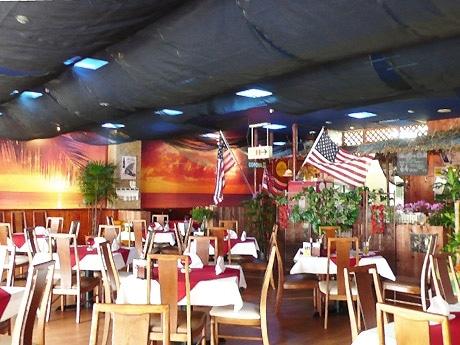南国ハワイを全面に押し出したハワイアンステーキ店が国際通りにオープン(写真=店内)