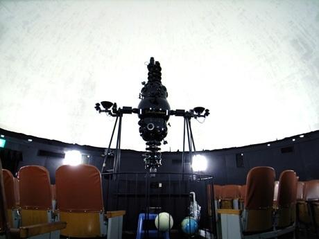 日本で3番目に古いというプラネタリウムとライブのコラボをワークショップで計画(写真=那覇市久茂地公民館・プラネタリウム)