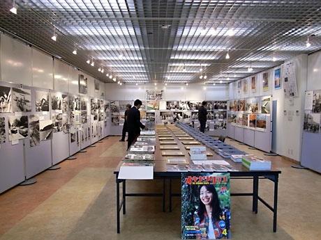 写真展示は5つのコーナーに分かれ、これまでに発行した553号のバックナンバーが自由に閲覧できる