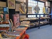 那覇の工房でフェア-サンゴ染めのかりゆしウエアなどを展示即売