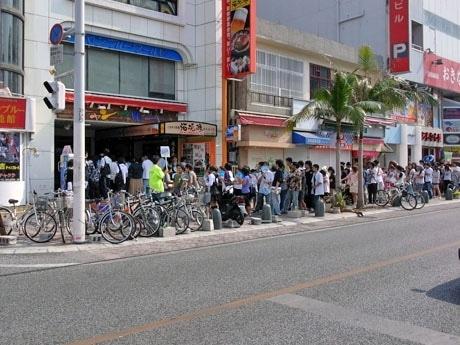 店舗が入居するビルの前に中高生や20代のアニメファン長い列ができ、8時30分にオープンしたが、その後も訪れるアニメファンは途絶えず入場制限しながらの営業となった