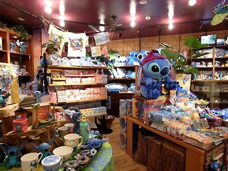文房具類、マグカップなどの器、バッグ、サンダル、菓子類、ぬいぐるみなど約500アイテムをそろえる