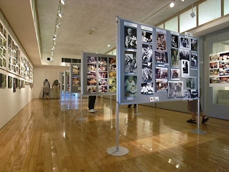 名工の制作風景や、20年前行われていた窯出しの様子、戦前の面影が残るスージグヮー(裏道)など、懐かしくて貴重な写真が並ぶ
