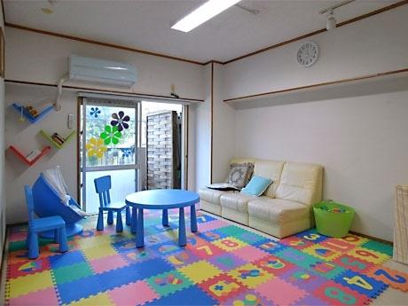 木のおもちゃ、絵本、親向けの書籍などをそろえたほか、授乳やおむつ替え、昼寝、育児相談室として利用できる和室6畳の個室スペース、キッチン、洋式トイレ、シャワー室も設けた