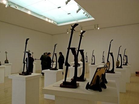 人間国宝・琉球古典音楽保持者の島袋正雄さん所有の三線も展示する