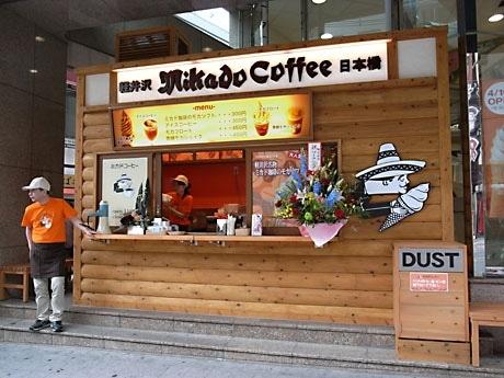 国際通りに面した屋外店舗で軽井沢を連想させる木目調の外観とし、同社のキャラクターがソフトクリームを持つイラストが目を引く