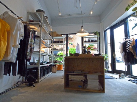 県内に工房を構える若手陶芸作家の作品やソウルのプロジェクトによるファッションをメーンに、アートブックやカトラリーなどもそろえる