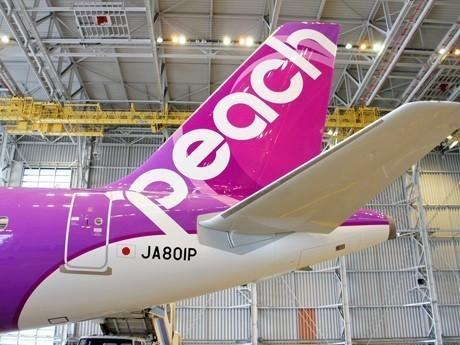 那覇空港の新LCCターミナルを使用するPeachのエアバスA320(取材・撮影協力=みんなの空港新聞)