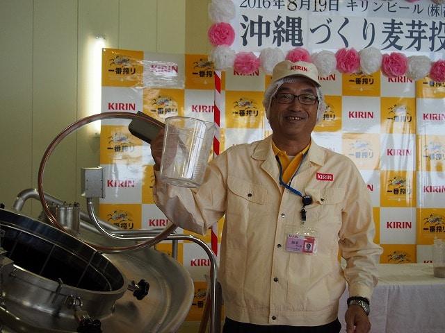 開発に当たり地元住民も参加したワークショップを立ち上げて商品のコンセプトづくりを行った「沖縄づくり」の麦芽投入式の様子