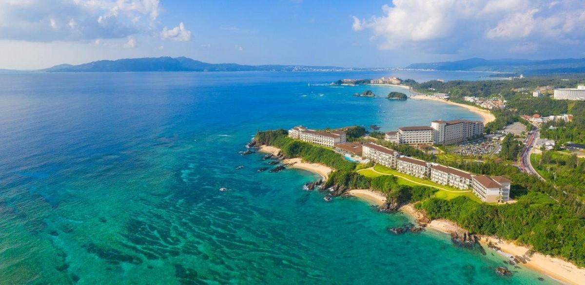「ハレクラニ沖縄」全景。手前がビーチフロントウイング。奥がサンセットウイング。遠くにザ・ブセナテラスやザ・テラスクラブアットブセナが見える