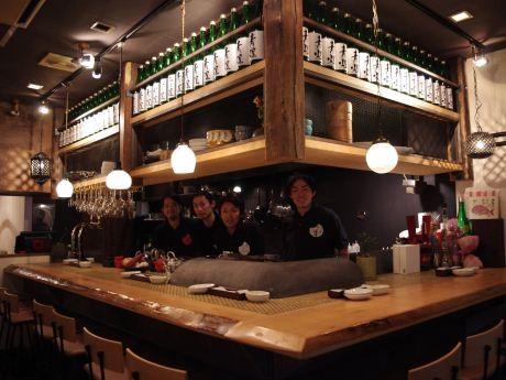 日本酒バル「中野 青二才」の創業スタッフ、店内左奥にはテーブル席も