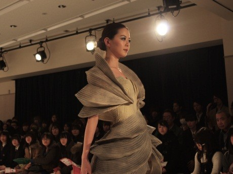 ファッション校O.F.D.C.大賞、大谷梨紗さんの作品をまとうランウェイ上のモデル