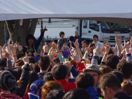 中野駅北口暫定広場で盛り上がる参加者たち
