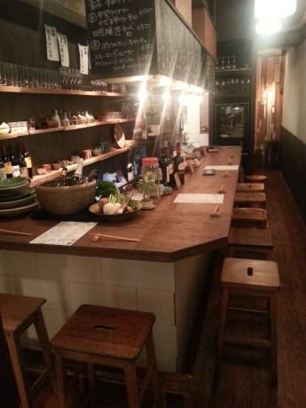 和食器とアンティークで統一された店内