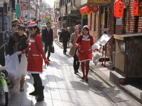 コスプレで街をきれいにする参加者たち