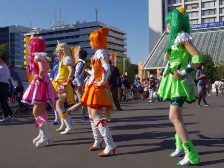 区役所や中野サンプラザを背に人気アニメのダンスを披露するコスプレイヤーたち