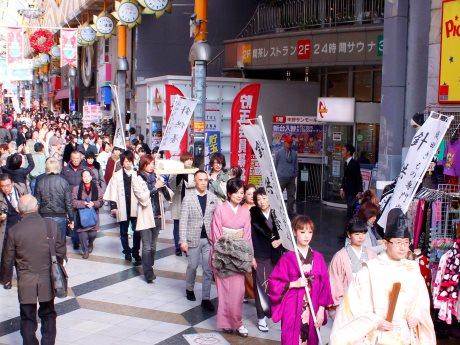 献針後は神主と共に和服生徒約100人が街を練り歩く(写真は昨年のようす)