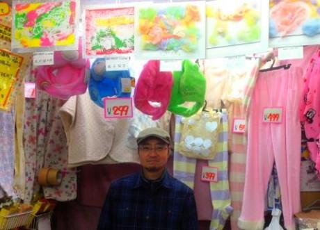 今回緑野小学校と野方商店街とのパイプ役となった小川さんと展示作品