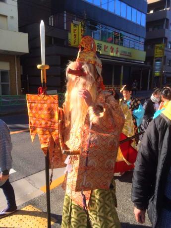 街を練り歩く天狗(泉豊さん撮影)