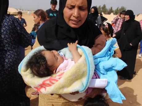 子どもを抱えるシリア難民