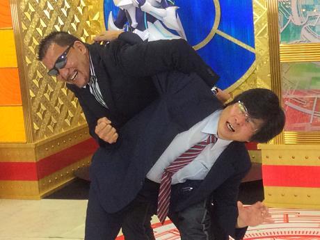 蝶野選手に技をかけられ悶絶するブシロード木谷社長