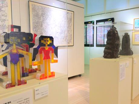 石野敬祐さん(左)や澤田真一さんらの展示作品