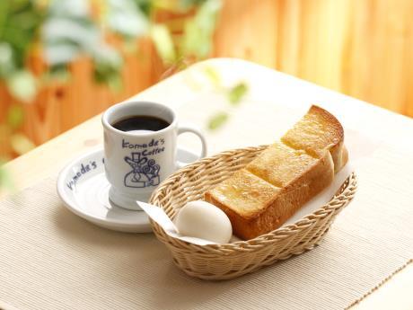朝のドリンク注文でトーストとゆで卵がサービスされる