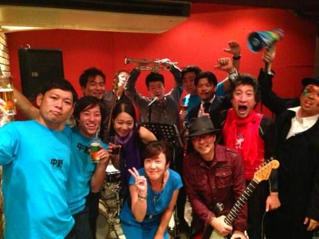 先日、中野区内でライブを行った「中野会バンド」のメンバーら(秋田さんは右から2人目)