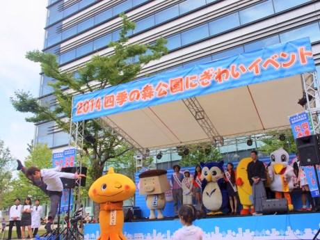 中野区観光大使新メンバーに選ばれた講談師・神田山緑さん(写真前列右側)とバレエダンサー・青山佳樹さん(写真左手前)