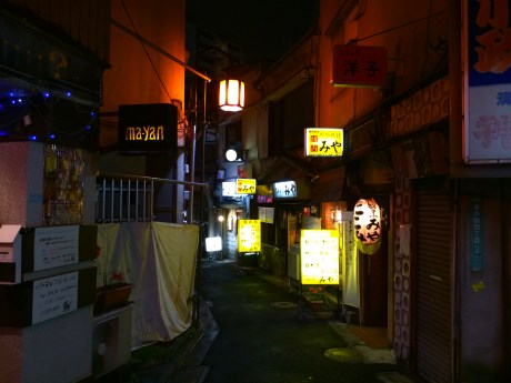 昭和の香りが漂う東中野ムーンロードの一角