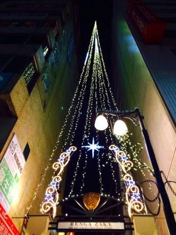 先月下旬にイルミネーションが点灯したレンガ坂の店舗も多く参加する