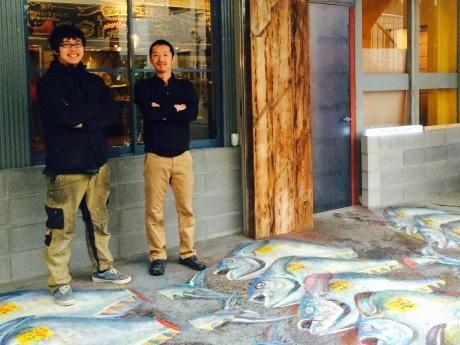 「マグロマート」共同経営者の尾坂さん(左)と平島さん