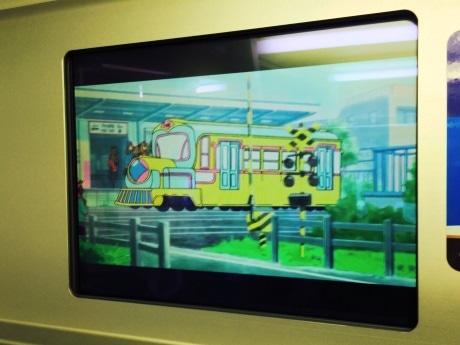 西武鉄道車両内で放映されている「でででん」のワンシーン(C)TMS